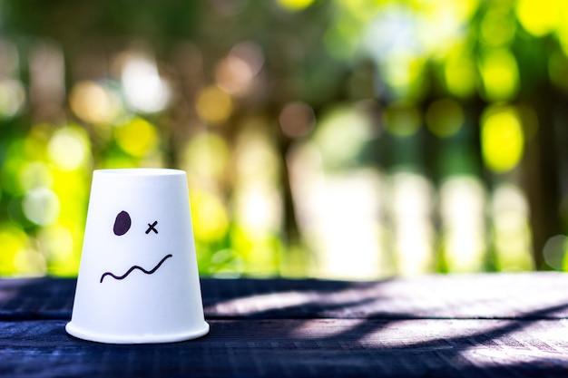 驚きの混乱の感情が描かれた白いカップ