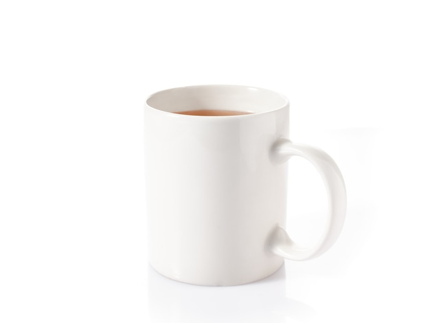 흰색 배경에 고립 된 차와 흰색 컵