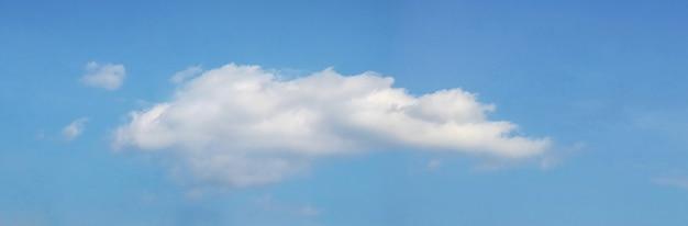 Белое вьющееся облако в голубом небе