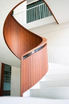 흰색 곡선 계단 오피스 빌딩