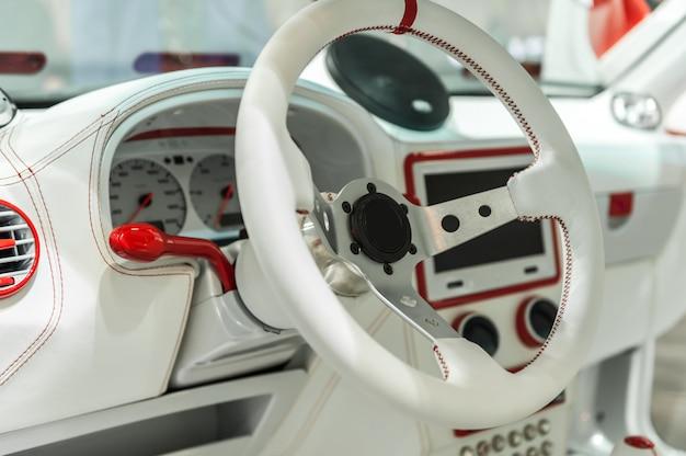 現代の車の白いダッシュボード