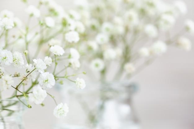 テキスト用のコピースペースを備えた、赤ちゃんの息の花のカスミソウの白い繊細な配置。セレクティブフォーカス