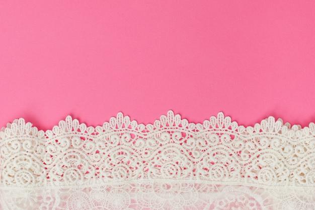 분홍색 배경에 흰색 섬세 한 레이스입니다.