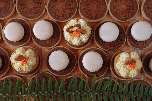Белые нежные скромные миндальные печенья на деревянном фоне пастельные тона крема внутри французского печенья
