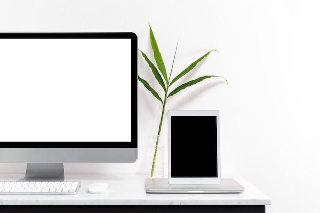 Белый настольный компьютер для макета вашей рекламы