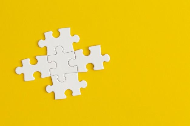 黄色の背景にパズルの白い詳細。