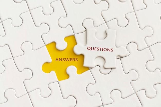 Белые детали головоломки с текстом ответа и вопроса на желтом фоне.