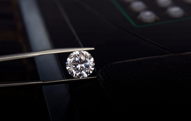 トングと黒の背景に白いダイヤモンド