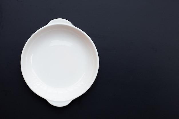 Белое блюдо на темном фоне.