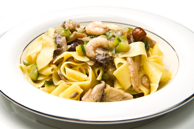 흰 접시에 새우와 버섯 파스타 프리미엄 사진
