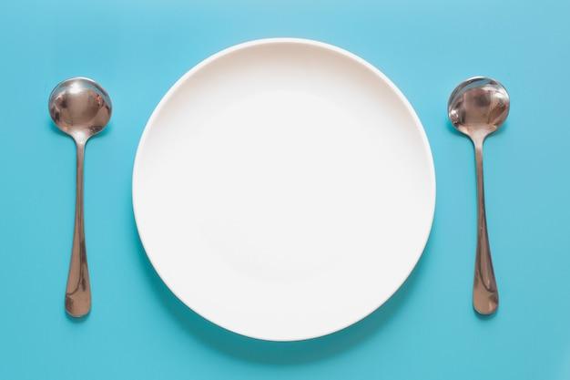 Белое блюдо с ложкой