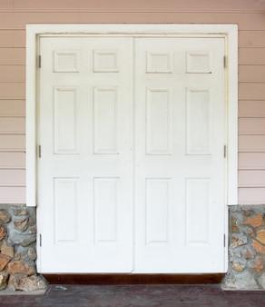 벽과 흰색 문