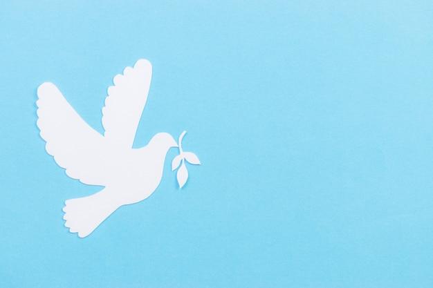 Белый голубь из бумаги, вырезанный на день мира