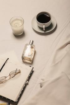 白いドレスコーヒーと白い背景のアクセサリースタイリッシュなイメージのコンセプト