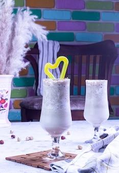 Белый напиток с орехами