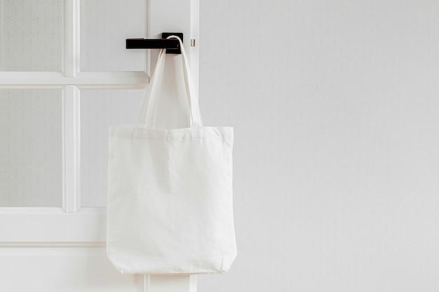 Макет белой эко-сумки. пустой торговый мешок с копией пространства. сумка-тоут из плотной ткани. экологичная / безотходная концепция.
