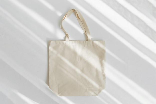 흰색 에코백 모형. 복사 공간이 있는 빈 쇼핑 자루. 캔버스 토트백. 친환경/제로 폐기물 개념.