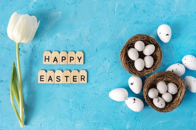 Пасха белое яйцо и белые цветы на синем фоне с текстом.