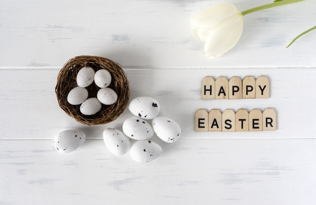 Пасха белое яйцо и белые цветы на белом фоне с текстом.