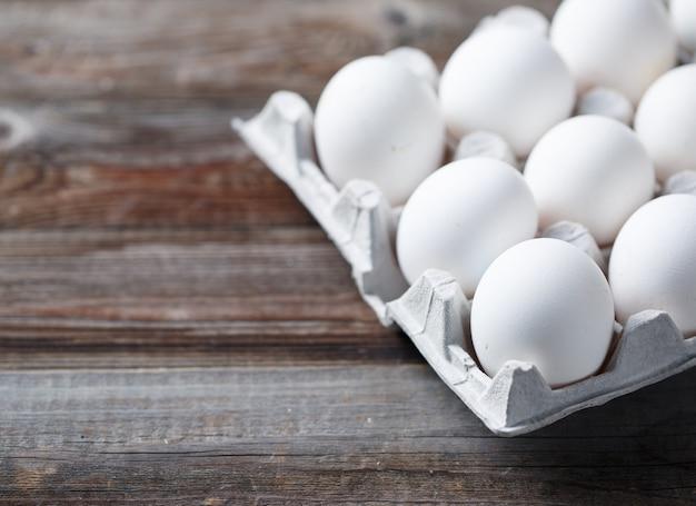 素朴な木製のテーブルの上の白い卵