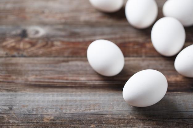 오래 된 나무 테이블에 흰 계란