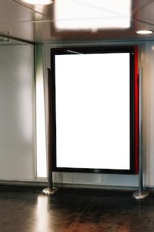 Stand pubblicitario vuoto bianco