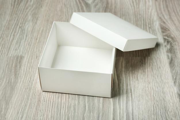 木製の表面に白い空のボックス
