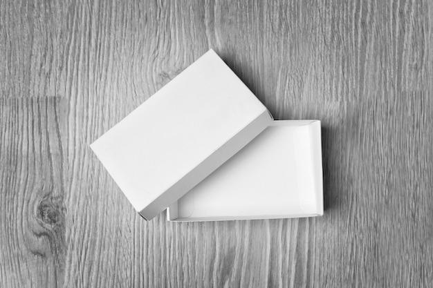 木製のテーブルの上の白い空のボックス
