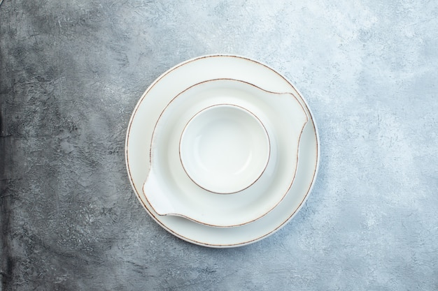 반 어두운 밝은 회색 표면에 흰색 빈 식탁 세트
