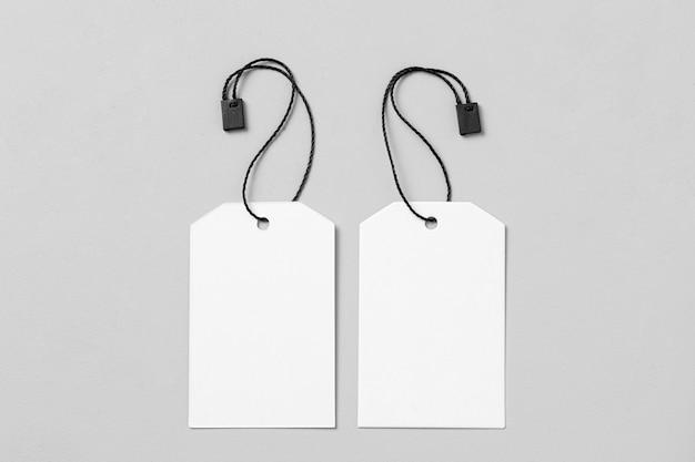 Расположение белых пустых этикеток на белом фоне