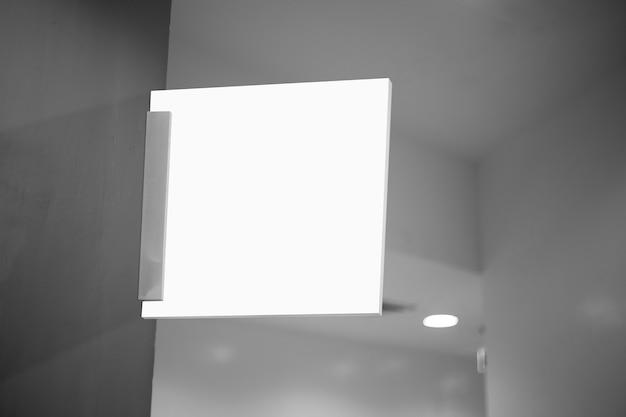 会社のロゴを追加するために白い空の屋外ビジネス看板モックアップ