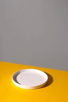 노란색 배경에 흰색 빈 접시