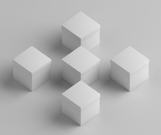 Белые пустые картонные коробки настоящего