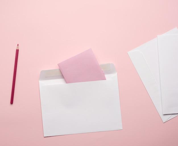 鉛筆と紙の白い封筒