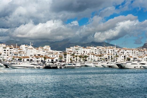 コスタデルソルのプエルトホセバヌスのマリーナに係留された白い高価な豪華ヨット。