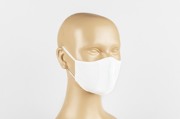 Maschera facciale in tessuto bianco su manichino