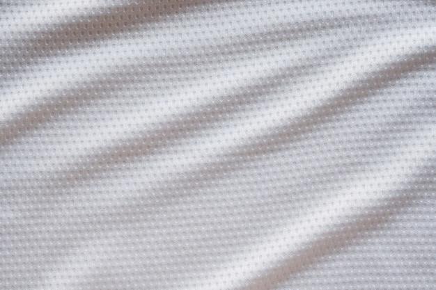 Белая ткань спортивной одежды футбольный джерси с фоном текстуры воздушной сетки