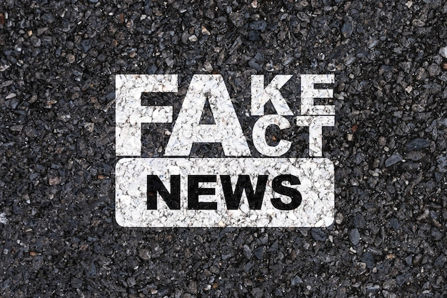 アスファルトコンクリート道路の白い偽物と事実のニュース印刷画面。