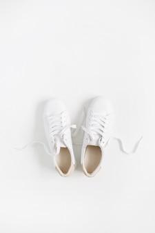 白で隔離の白い女性のスニーカー