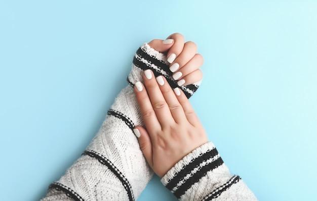 Белый праздничный маникюр нейл-арт с конфеттиуютный свитер на рукидея для новогоднего маникюра