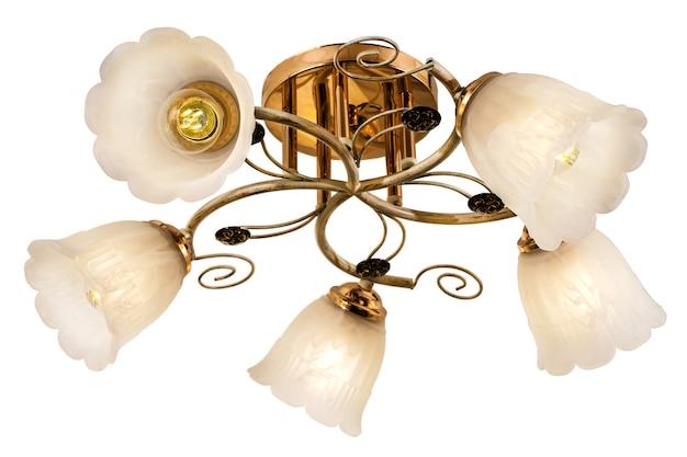 金色のベースとマットな花の形の色合いが分離された白いファイブランプシャンデリア