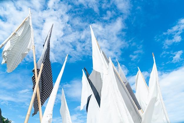 Белый флаг на фоне голубого неба