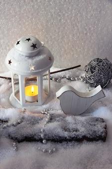 白いフラッシュライトと明るい背景のクリスマスの装飾
