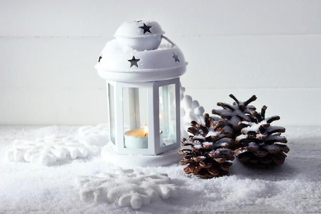 白いフラッシュライトと光の表面のクリスマスの装飾