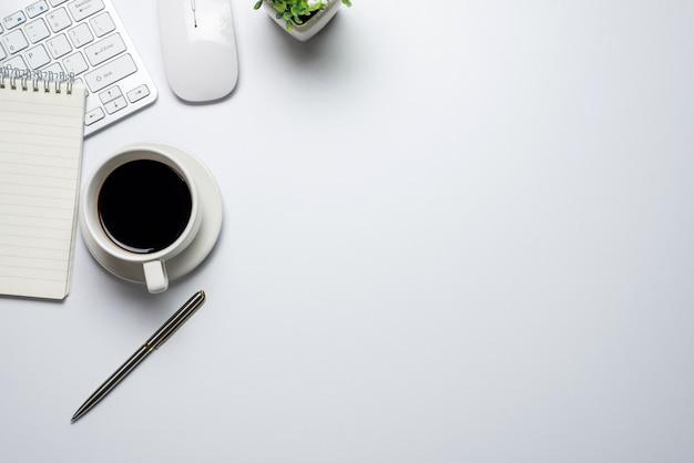 마우스 노트북 커피 책상 평면도와 흰색 평면 바닥. 공간을 복사하십시오.