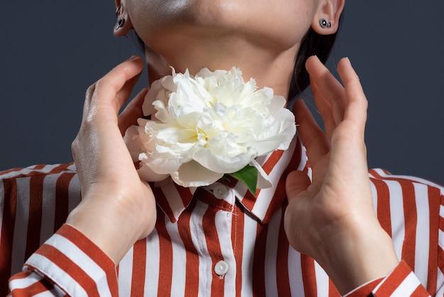 Белый цветок из горла девушки, концепция болезней, здоровье горла ..