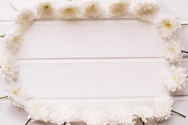 중간에 공간이있는 사각형을 형성하는 흰색 꽃
