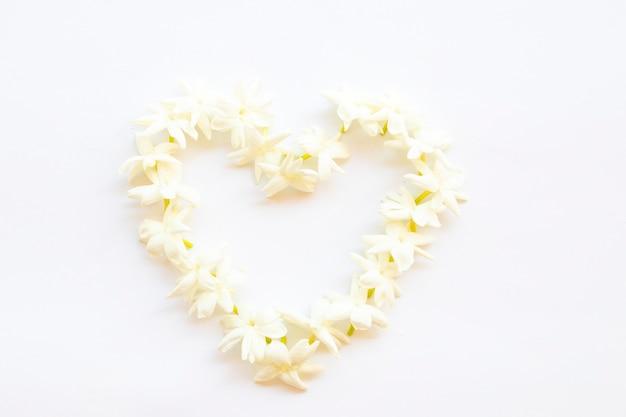 白い花ジャスミンアレンジメントハートスタイル