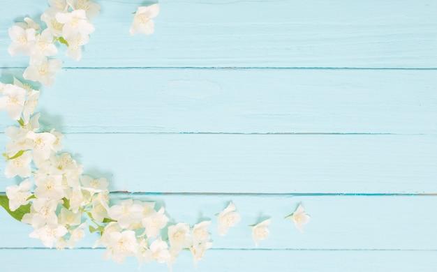White flowers on ð¸ð´ð³ñƒ wooden background