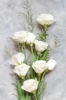 灰色の背景の上面図に白い花